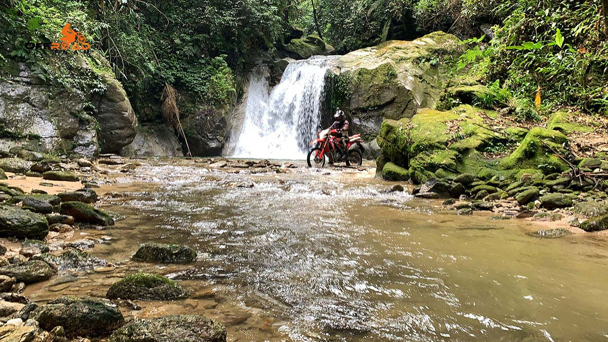 6-day trip on motorbike in Vietnam riding Highway 4
